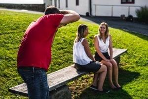 Patrick beim Fotografieren von Cora und Kathi